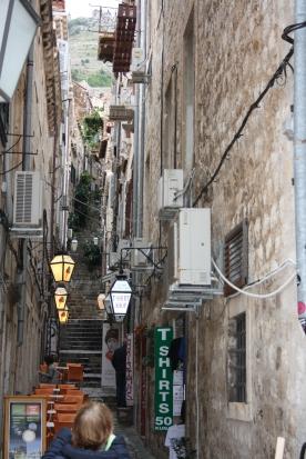 De fine lamper pryder Dubrovniks smalle gader
