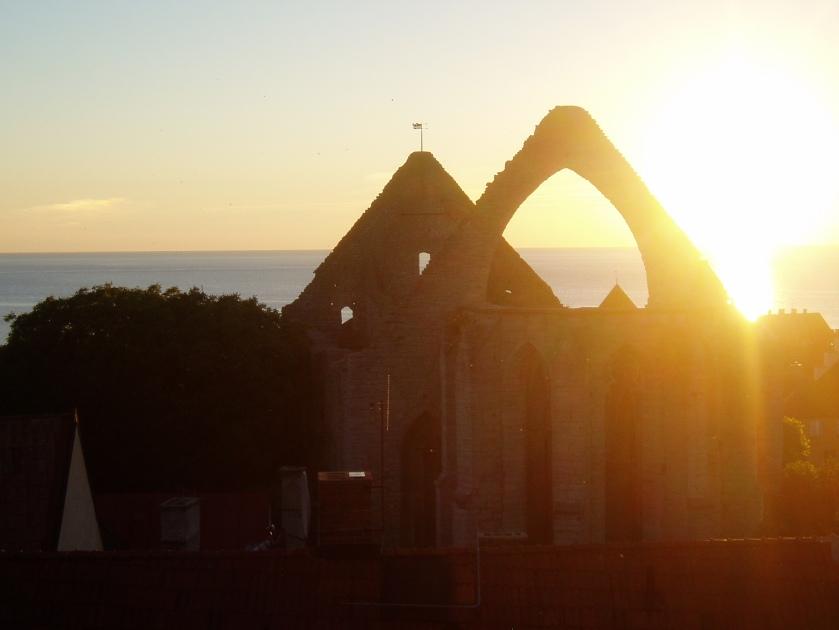 Solnedgang over den smukke kirkeruin
