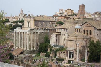 Antoninus og Faustinas tempelt til venstre og Romulus Templet til højre