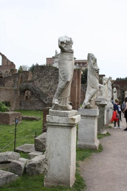 Statuer af Vestalindende som passede den hellige ild i Vestatemplet