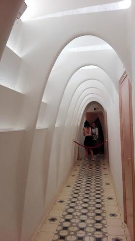 Under loftet er der lavet lyskanaler så dagslyset kan komme ind