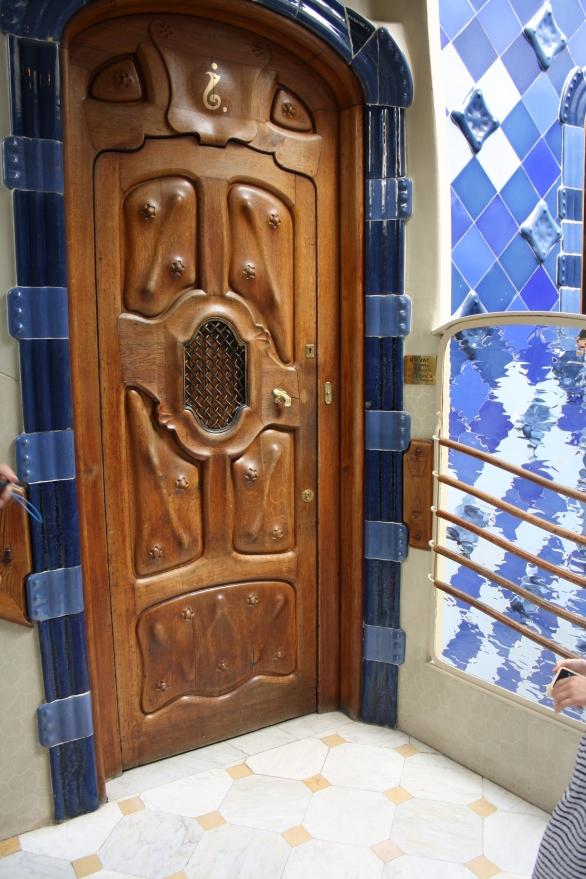 Øverst på døren kan man se et særlig mærk, i Casa Batll`har Gaudi selv udviklet et talsystem som indikerer de enklete lejligheders numre.