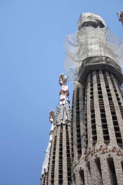 De 18 tårne symbolisere de 12 apostle og 4 evangelister samt et for Jesus og et for Jomfru Maria. Hvert tårn har sit eget udtryk og udsmykket med smukke mosaikker som spir - Bemærk også skriften op ad tårnet
